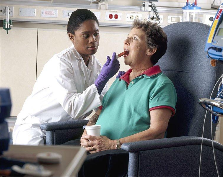 755px-Nurse_administers_oral_chemotherapy (1)